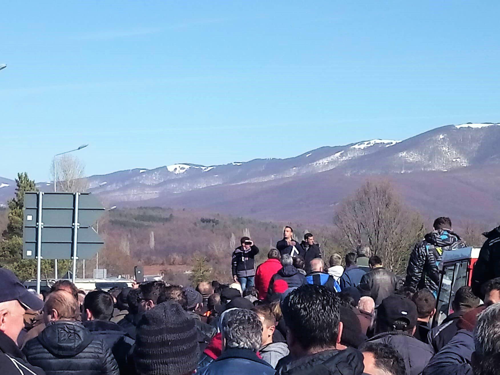 ВО ЖИВО: Огромена посетеност и револт на протестот на јаболкопроизводителите во Ресен