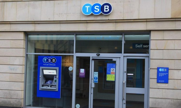 Британската банка TSB ќе затвори 100 филијали, околу 400 вработени ќе останат без работа